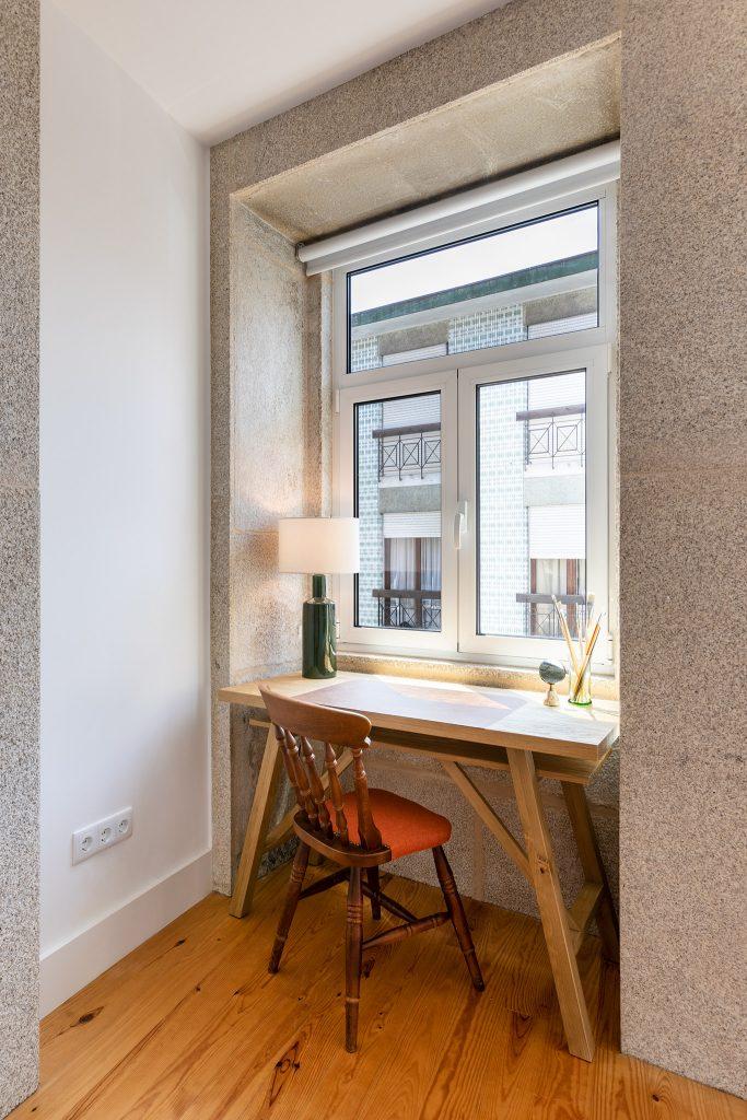janela com canto de trabalho