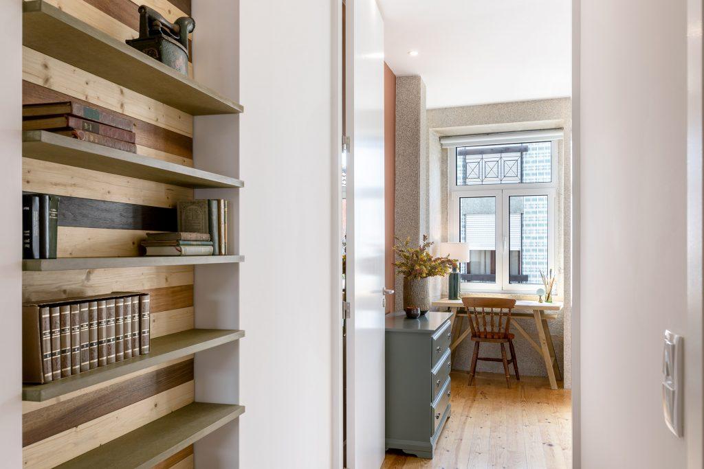 prateleira para livros a entrada do quarto