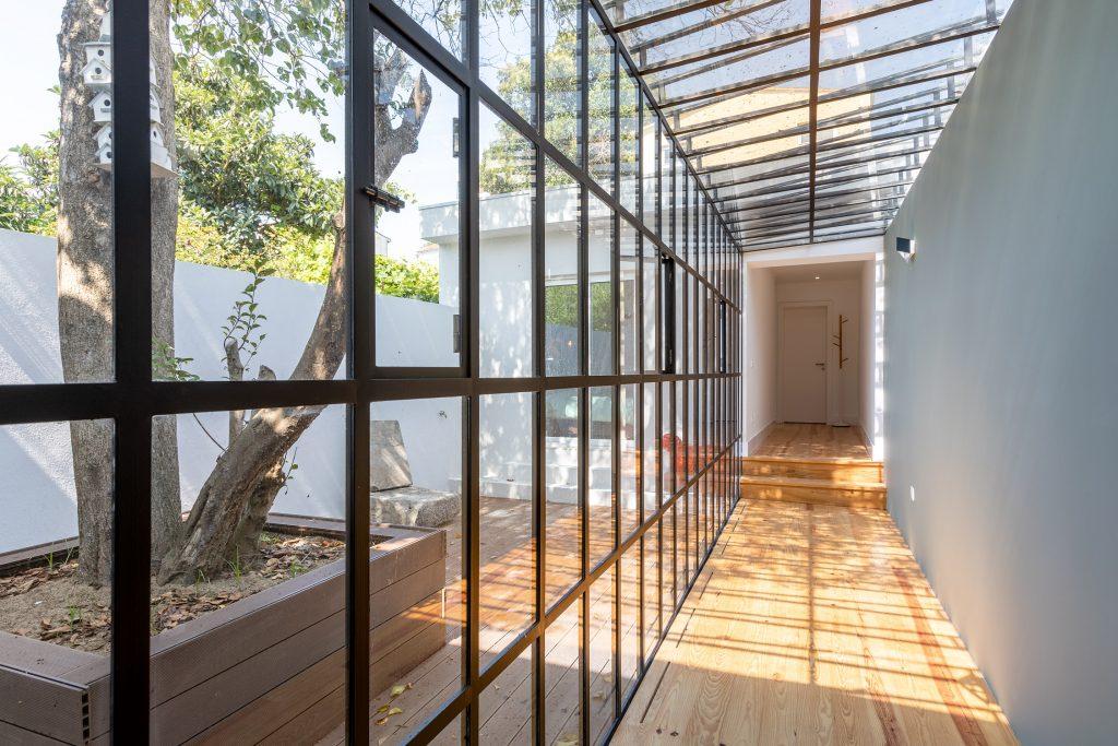 corredor com portadas e teto em vidro