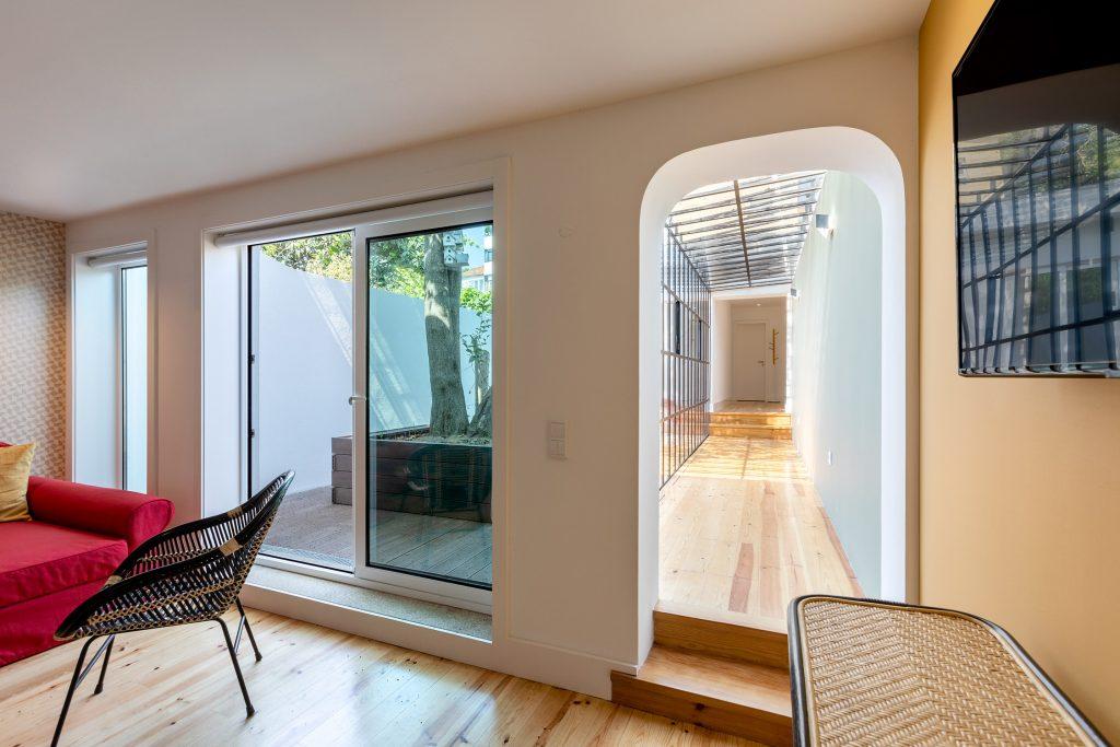 corredor e terraco em sala de estar
