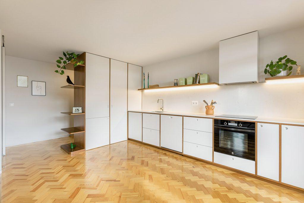 cozinha mobilada com chao de madeira