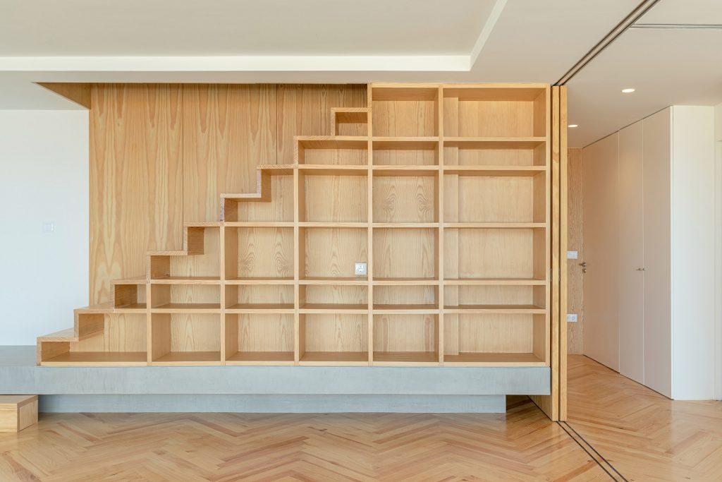 escadas com móvel de madeira embutido
