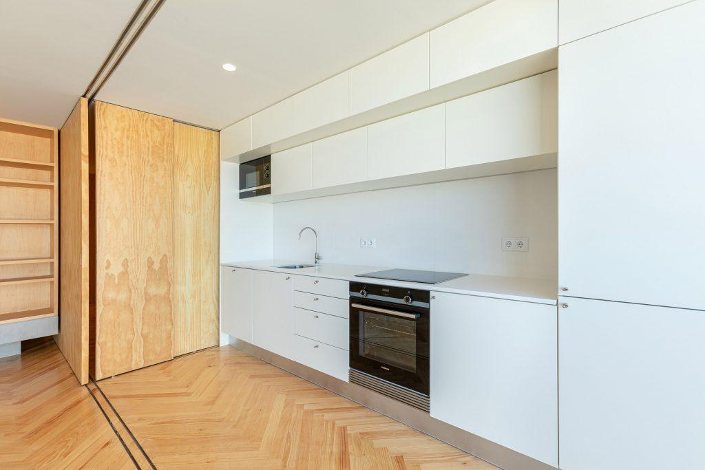 cozinha reabilitada open space com porta de correr de madeira