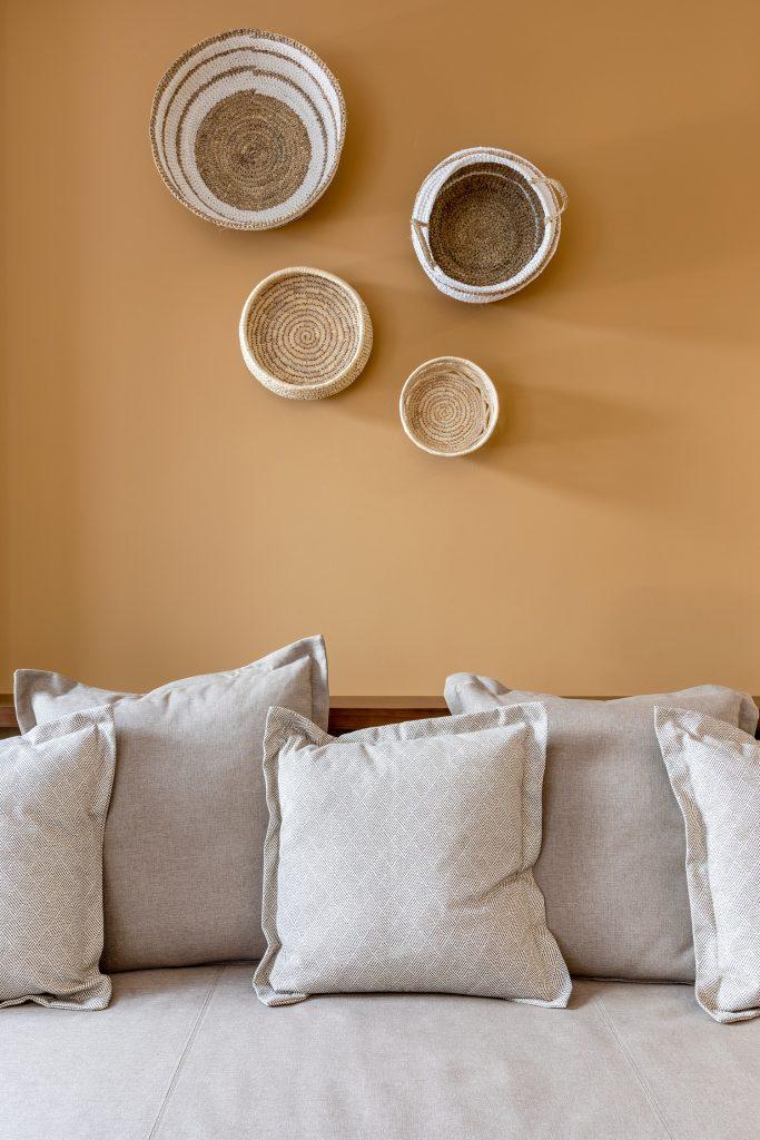 pormenor sofa com almofadas decoracao
