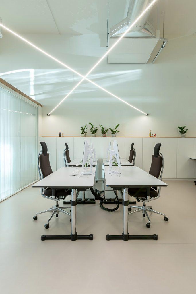 mesas de trabalho em sala comum