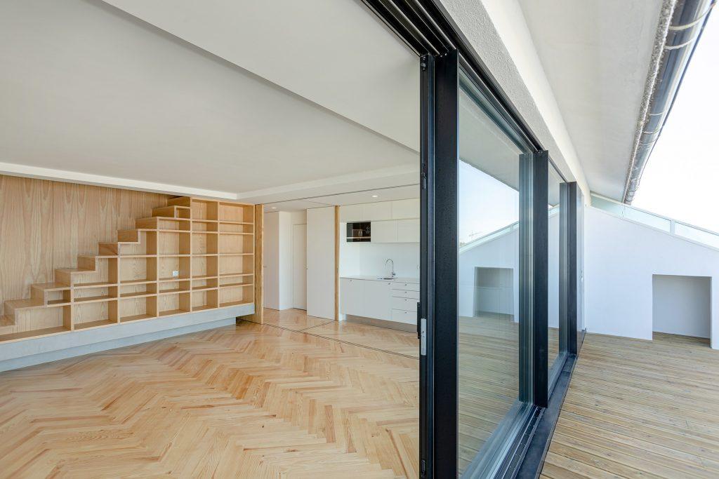 Cozinha e sala em open space com varanda