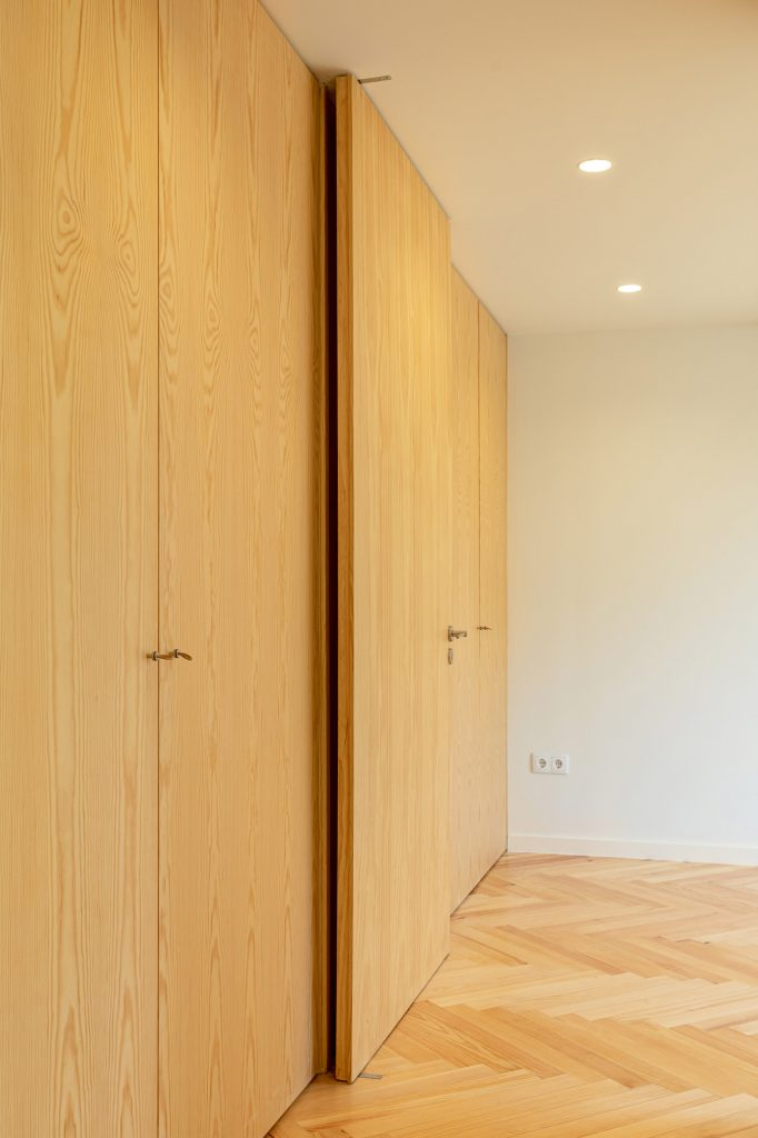 pormenor de porta em madeira