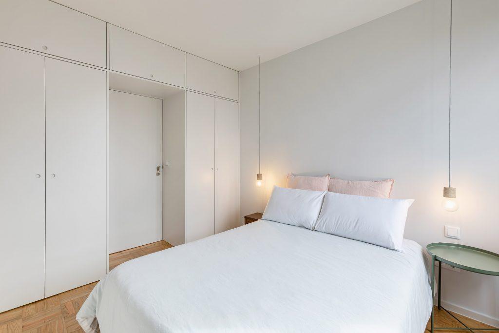quarto branco com armarios embutidos