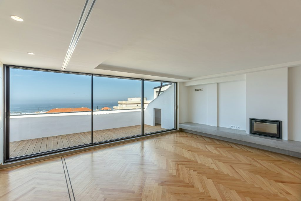open space com lareira e varanda com vista para o mar
