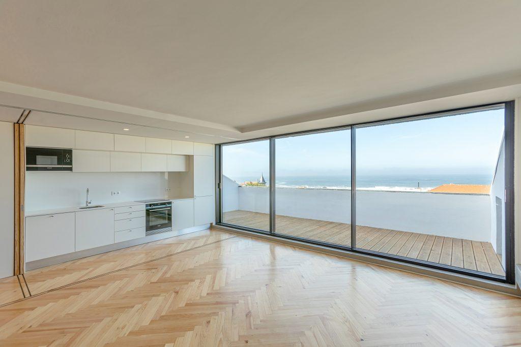 sala e cozinha open space com vista para o mar